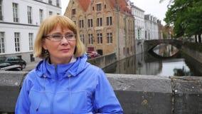 Mujer ascendente cercana del retrato en los vidrios que se sientan en el fondo del canal de agua almacen de metraje de vídeo