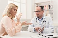 Mujer asesor del doctor en hospital imágenes de archivo libres de regalías