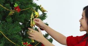 Mujer asiática, árbol de navidad adornado almacen de video
