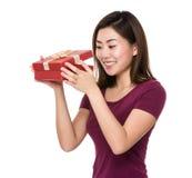 Mujer asiática abierta con el giftbox Fotografía de archivo