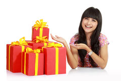 Mujer asiática atractiva con el rectángulo de regalo Imagen de archivo libre de regalías