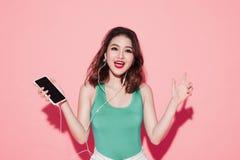 Mujer asiática atractiva joven con el canto profesional del maquillaje Foto de archivo