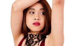 Mujer asiática atractiva joven con los labios rojos y la joyería aislados foto de archivo libre de regalías