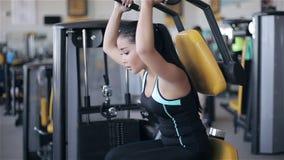 Mujer asiática atractiva joven en el gimnasio almacen de video
