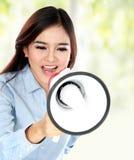 Mujer asiática atractiva joven que grita con un megáfono Fotos de archivo
