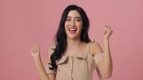 Mujer asiática atractiva que se divierte que sonríe y que baila en estudio almacen de video