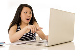 Mujer asiática china feliz que trabaja señalando el ordenador portátil Fotos de archivo
