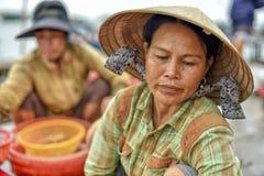 Mujer asiática con cónico Foto de archivo