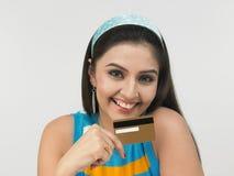 Mujer asiática con de la tarjeta de crédito Foto de archivo libre de regalías