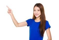 Mujer asiática con el destacar del finger Fotografía de archivo