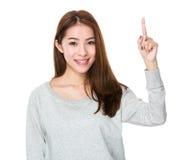 Mujer asiática con el destacar del finger Foto de archivo