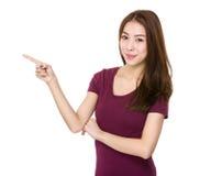 Mujer asiática con el destacar del finger Imagenes de archivo