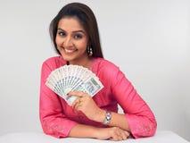 Mujer asiática con el dinero en circulación indio Foto de archivo