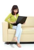 Mujer asiática con el ordenador portátil Fotografía de archivo