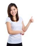 Mujer asiática con el pulgar para arriba Imagen de archivo