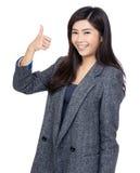 Mujer asiática con el pulgar para arriba Fotografía de archivo