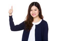 Mujer asiática con el pulgar para arriba Fotos de archivo libres de regalías