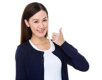 Mujer asiática con el pulgar para arriba Foto de archivo