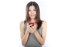 Mujer asiática con el teléfono celular Imagen de archivo libre de regalías
