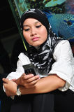Mujer asiática con el teléfono móvil Imagen de archivo