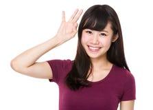 Mujer asiática con gesto aceptable de la muestra Foto de archivo