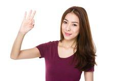 Mujer asiática con gesto aceptable de la muestra Fotos de archivo