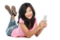 Mujer asiática con handphone Imagenes de archivo