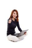 Mujer asiática con la computadora portátil Imagenes de archivo