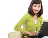 Mujer asiática con la computadora portátil Imágenes de archivo libres de regalías