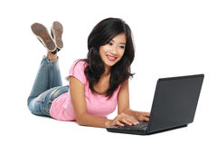 Mujer asiática con la computadora portátil Imagen de archivo