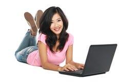 Mujer asiática con la computadora portátil Fotografía de archivo
