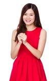 Mujer asiática con la muestra de la bendición por Año Nuevo chino Imagen de archivo libre de regalías
