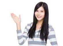 Mujer asiática con la palma abierta de la mano Fotografía de archivo