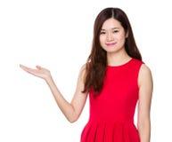 Mujer asiática con la palma abierta de la mano Foto de archivo libre de regalías