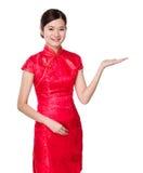 Mujer asiática con la palma abierta de la mano Imagenes de archivo