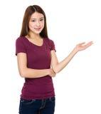 Mujer asiática con la palma abierta de la mano Imagen de archivo