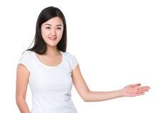 Mujer asiática con la palma abierta de la mano Fotografía de archivo libre de regalías