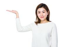 Mujer asiática con la palma abierta de la mano Imágenes de archivo libres de regalías