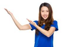 Mujer asiática con la presentación de dos manos Imagen de archivo libre de regalías
