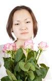Mujer asiática con las rosas Imagenes de archivo