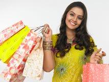 Mujer asiática con los bolsos de compras Foto de archivo