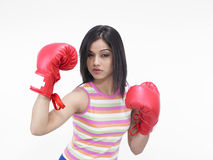 Mujer asiática con los guantes de boxeo Imagen de archivo