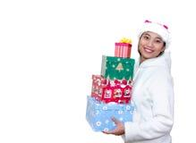 Mujer asiática con los regalos de la Navidad Imagen de archivo libre de regalías