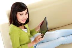 Mujer asiática con PC de la tableta Fotos de archivo libres de regalías