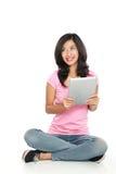 Mujer asiática con PC de la tableta Foto de archivo libre de regalías