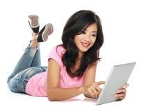 Mujer asiática con PC de la tableta Imágenes de archivo libres de regalías