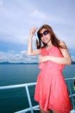 Mujer asiática con señuelo de la pesca en el mar Fotografía de archivo