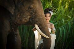 Mujer asiática de la belleza con el elefante Imagen de archivo libre de regalías