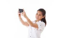 Mujer asiática de la belleza que usa el teléfono elegante Imágenes de archivo libres de regalías