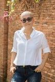 Mujer asiática de la confianza en uno mismo del retrato con la cabeza calva después del cáncer Fotos de archivo libres de regalías